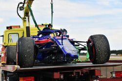 THe crashed car of Pierre Gasly, Scuderia Toro Rosso STR13 es retirado