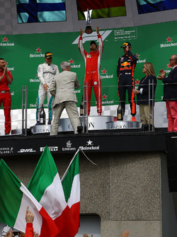 Sebastian Vettel, Ferrari, festeggia sul podio