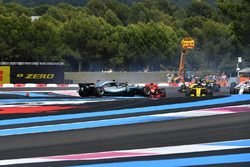 Sebastian Vettel, Ferrari SF71H llega a Valtteri Bottas, Mercedes-AMG F1 W09 al inicio de la carrera