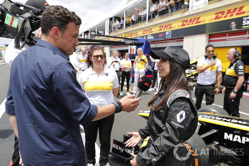 Aseel Al-Hamad, habla con Will Buxton tras pilotar el F1 E20 de Renault de 2012 en el Renault Passion Parade