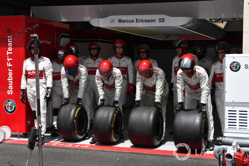 Sauber mechanics prepare for a pitstop