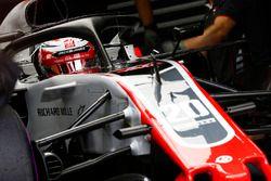 Kevin Magnussen, Haas F1 Team VF-18, dans le garage