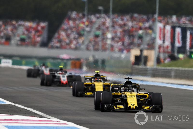 Nico Hulkenberg, Renault Sport F1 Team R.S. 18, precede Carlos Sainz Jr., Renault Sport F1 Team R.S. 18, e Kevin Magnussen, Haas F1 Team VF-18