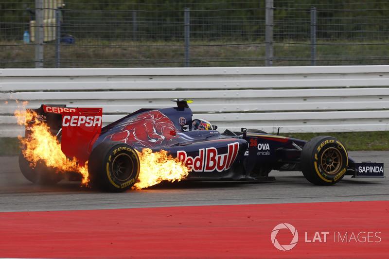 Daniil Kvyat, Toro Rosso STR9 Renault con fuego en su coche