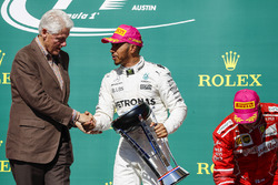 Former US President Bill Clinton presents Race winner Lewis Hamilton, Mercedes AMG F1