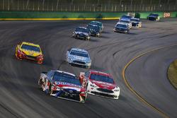 Kyle Busch, Joe Gibbs Racing, Toyota Camry Snickers Intense e Ryan Blaney, Team Penske, Ford Fusion DEX Imaging