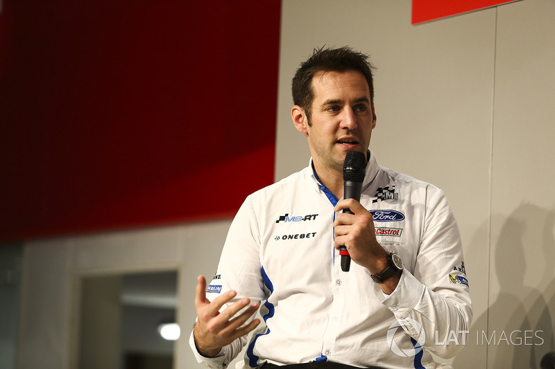 Richard Millener di M-Sport parla con Henry Hope-Frost sull'Autosport Stage