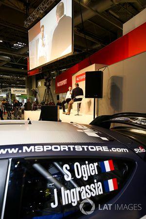 Richard Millener parle à Henry Hope-Frost sur la scène Autosport