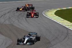 Валттери Боттас, Mercedes AMG F1 W08, Кими Райкконен, Ferrari SF70H, и Макс Ферстаппен, Red Bull Rac