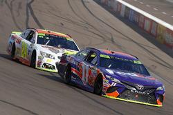 Denny Hamlin, Joe Gibbs Racing Toyota y Chase Elliott, Hendrick Motorsports Chevrolet