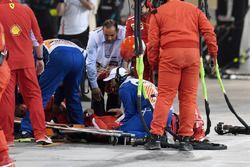 Un mecánico de Ferrari es atendido tras ser atropellado por Kimi Raikkonen, Ferrari SF71H en un pitstop
