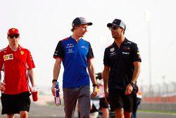Daniel Ricciardo, Red Bull Racing, parla con Brendon Hartley, Toro Rosso, mentre Kimi Raikkonen, Ferrari, cammina dietro di loro