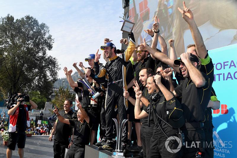 Jean-Eric Vergne, Techeetah, con el equipo en el podio