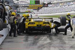 #4 Corvette Racing Chevrolet Corvette C7.R, GTLM: Oliver Gavin, Tommy Milner, Marcel Fassler pit stop