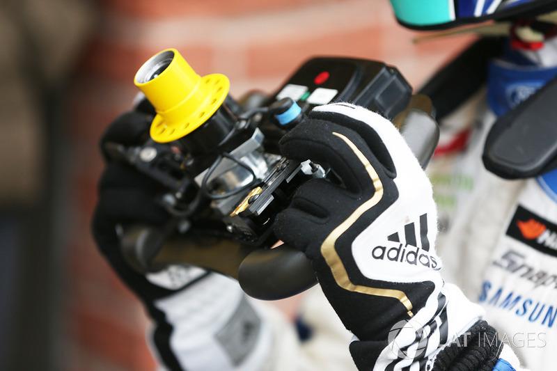 Billy Monger en el coche de carreras Carlin MSV Fórmula 3 volante