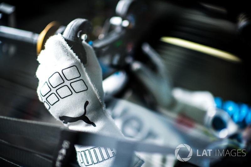 #100 BMW Team SRM BMW M6 GT3: Phillip Eng, dettaglio di un guanto