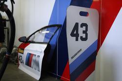 Дверь от BMW M6 GT3 (№43) команды BMW Team Schnitzer и пит-борд для экипажа Аугусту Фарфуса, Часа Мостера и Марко Виттмана