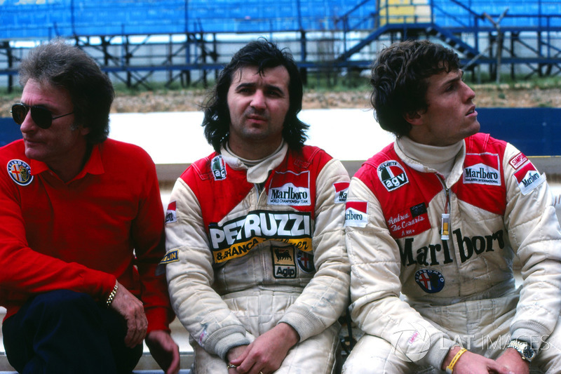 Gerard Ducarouge, Alfa Romeo Team Manager, Bruno Giacomelli y Andrea de Cesaris