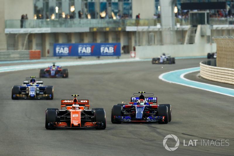Stoffel Vandoorne, McLaren MCL32 leads Pierre Gasly, Scuderia Toro Rosso STR12