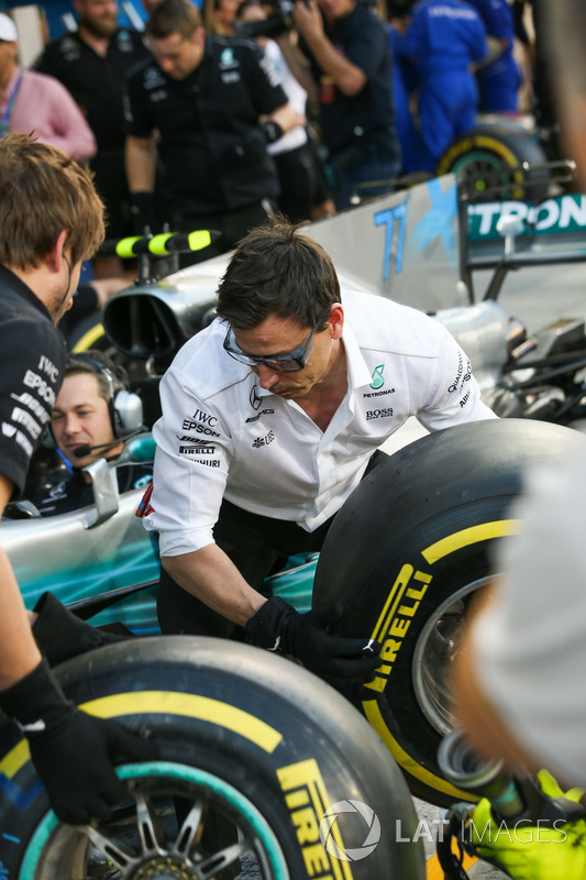 Toto Wolff, Executive Director Mercedes AMG F1, joins in, the practice pitstops
