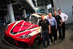 Кристофер Белл и Кайл Буш рядом с Toyota Supra 2019 года для чемпионата NASCAR Xfinity