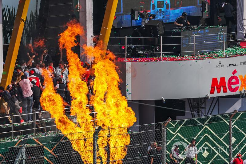 Fuego en el podium