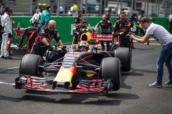 Макс Ферстаппен, Red Bull Racing RB13, и механики