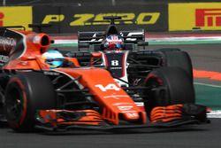 Fernando Alonso, McLaren MCL32 et Romain Grosjean, Haas F1 Team VF-17 en lutte