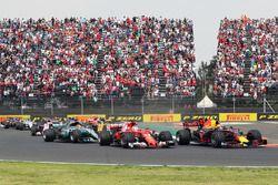 Start: Max Verstappen, Red Bull Racing RB13 voor Sebastian Vettel, Ferrari SF70H