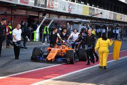 Stoffel Vandoorne, McLaren MCL33 empujado en el pit lane