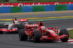 Kimi Raikkonen, Ferrari F2007 delante de Lewis Hamilton, McLaren MP4/22