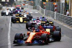 Fernando Alonso, McLaren MCL33,voor Carlos Sainz Jr., Renault Sport F1 Team R.S. 18, Sergio Perez, Force India VJM11