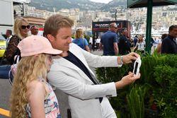 Nico Rosberg, embajador de Mercedes-Benz con una fan