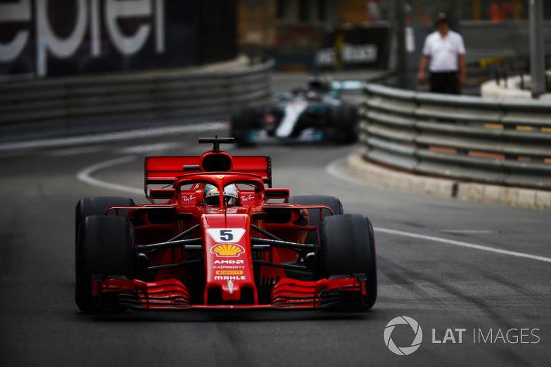 Себастьян Феттель, Ferrari SF71H, попереду Льюіса Хемілтона, Mercedes AMG F1 W09