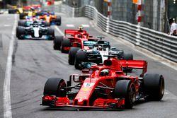 Sebastian Vettel, Ferrari SF71H, precede Lewis Hamilton, Mercedes AMG F1 W09, Kimi Raikkonen, Ferrari SF71H, Valtteri Bottas, Mercedes AMG F1 W09