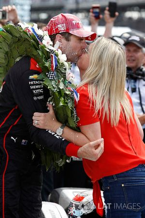 Winner Will Power, Team Penske Chevrolet celebrates with wife Liz