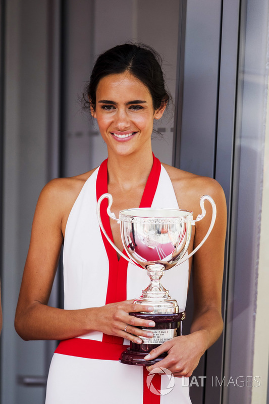 Grid girl con i trofei