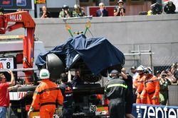 Marshals met de wagen van Max Verstappen, Red Bull Racing RB14 na crash