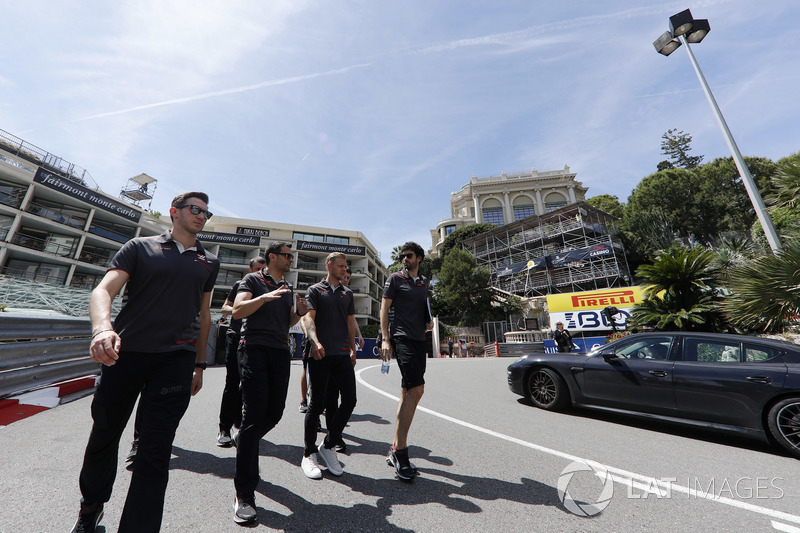 Kevin Magnussen, Haas F1 Team, cammina lungo il circuito
