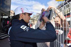 Esteban Ocon, Force India F1 signe des autographes