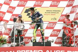 Podio: il secondo classificato Max Biaggi, Repsol Honda Team, il vincitore della gara Valentino Rossi, Yamaha Factory Racing, il terzo classificato Loris Capirossi, Ducati Team