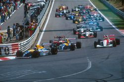 Arrancada: Alain Prost, Williams FW15C, lídera a Damon Hill, Williams FW15C, Ayrton Senna, McLaren M