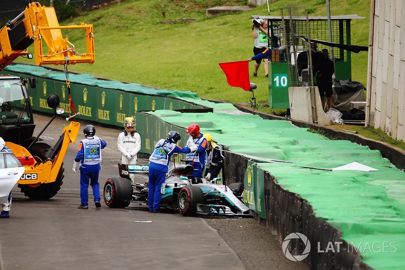 Lewis Hamilton, Mercedes AMG F1 W08, osserva la sua monoposto danneggiata dopo l'incidente in Q1