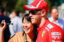 Sebastian Vettel, Ferrari, se toma una foto con un fan