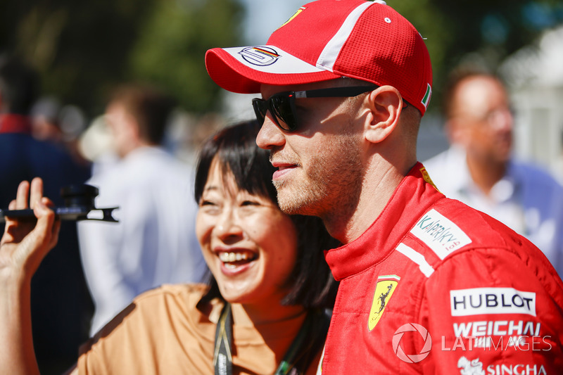 Sebastian Vettel, Ferrari, faz foto com fã