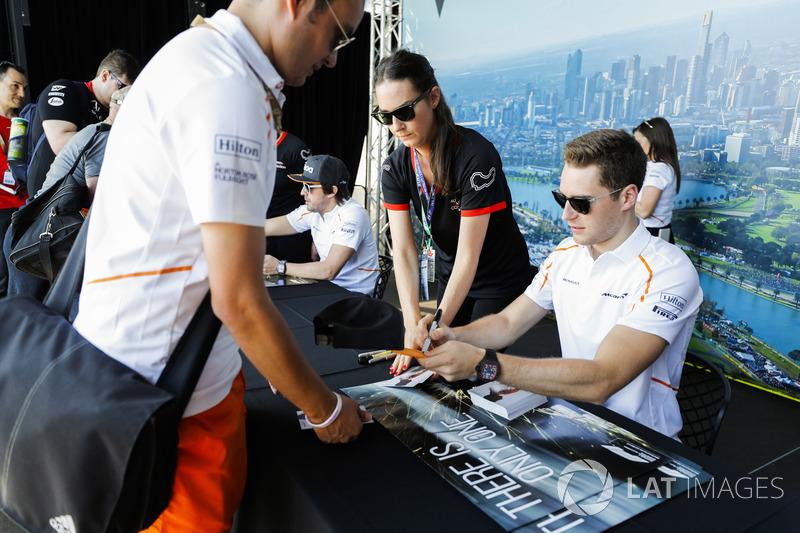 Stoffel Vandoorne, McLaren, imza dağıtıyor