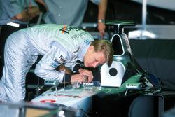 Yarış galibi Mika Hakkinen,McLaren kokpitini kontrol ediyor
