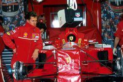 Michael Schumacher, Ferrari, dans le stand avec sa F300