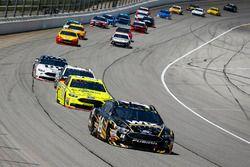 Clint Bowyer, Stewart-Haas Racing, Chevrolet Camaro WIX Filters lidera el grupo