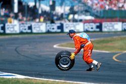 Un neumático de Michael Schumacher tras el accidente del Ferrari